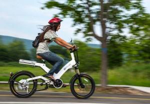femme sur un vélo électrique