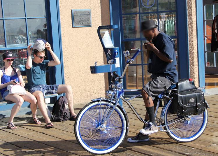 C'est ça le cruiser le vélo de plage américain, pour aller du port à la plage, se rouler une sigarette et discuter avec es pote assis sur le vélo,
